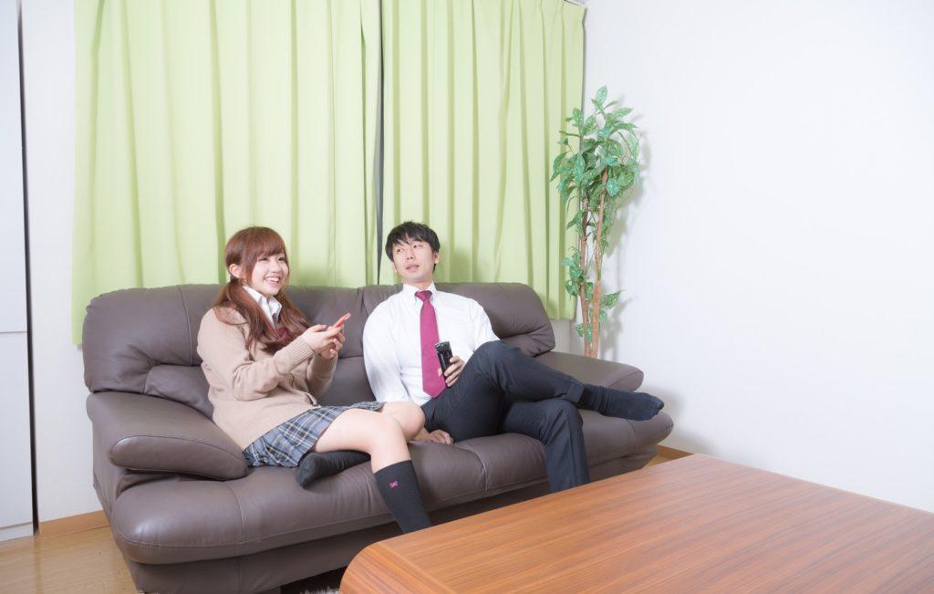 ソファに座る男女